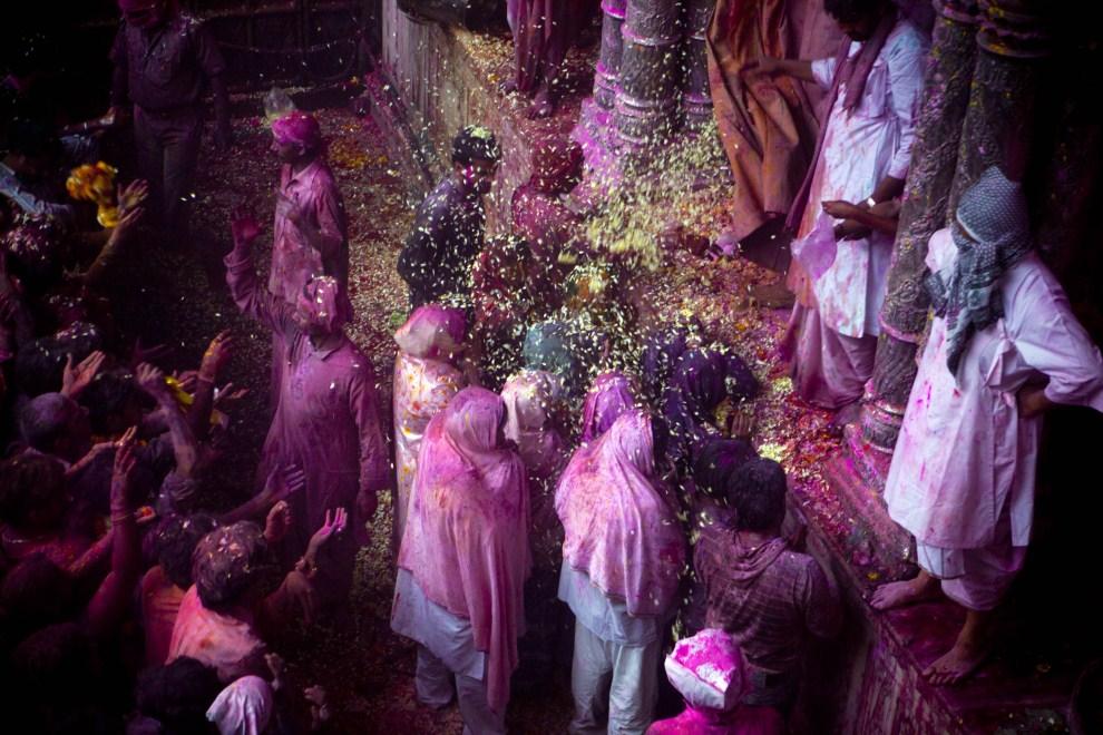 34. INDIE, Vrindavan, 21 marca 2011: Wierni uczestniczący w obchodach holi. (Foto: Majid Saeedi/Getty Images)