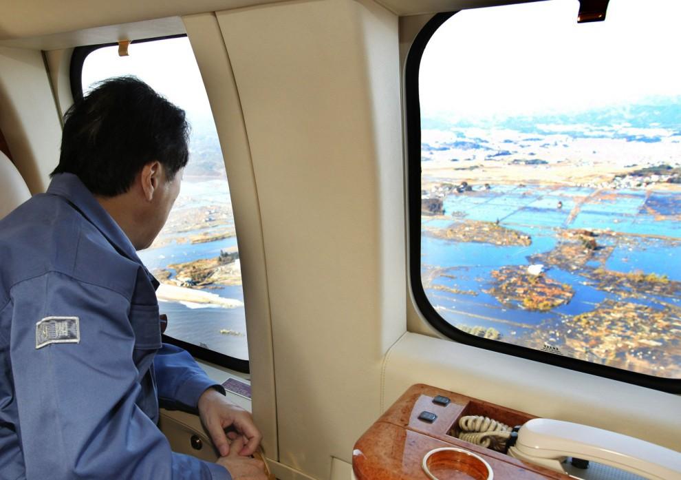 35. JAPONIA, Miyagi, 12 marca 2011: Premier Japonii przygląda się stratom wyrządzonym przez trzęsienie ziemi i tsunami. AFP PHOTO / HO / PRIME MINISTER'S   OFFICE VIA JIJI PRESS