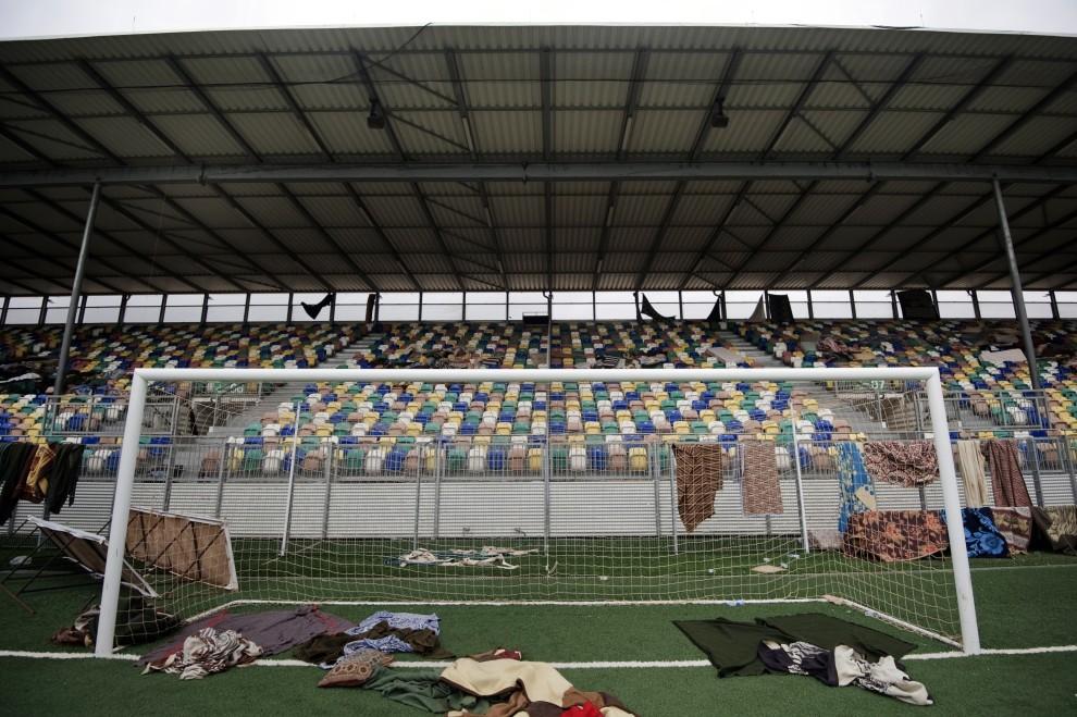 35. LIBIA, Benghazi, 8 marca 2011: Stadion im. Hugo Chaveza w Benghazi zamieniony w noclegownię.  AFP PHOTO / GIANLUIGI GUERCIA