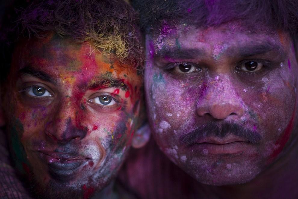 36.INDIE, Vrindavan, 21 marca 2011: Mężczyźni z twarzami ubrudzonymi kolorowymi proszkami. (Foto: Majid Saeedi/Getty Images)