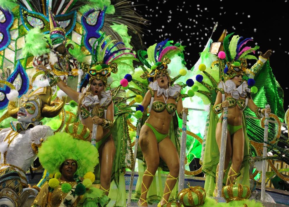 35. BRAZYLIA, Rio de Janeiro, 6 marca 2011: Grupa szkoły Imperatriz Leopoldinense w trakcie występu na Sambodromie. AFP PHOTO/VANDERLEI ALMEIDA