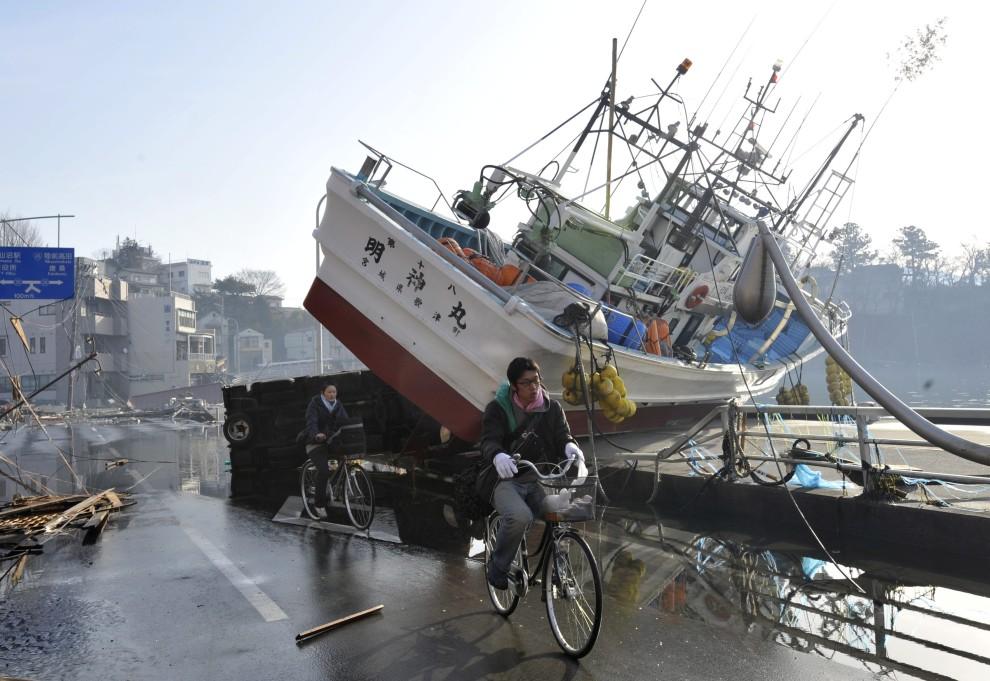 35. JAPONIA, Kesennuma , 14 marca 2011: Jednostka wyrzucona na brzeg przez fale. EPA/KIMIMASA MAYAMA