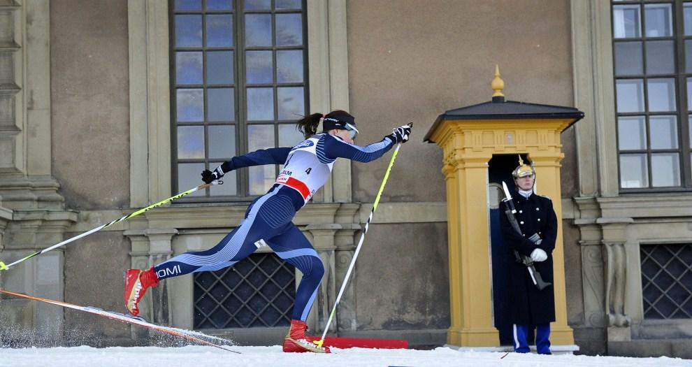 36. SZWECJA, Sztokholm, 16 marca 2011: Finka Aino-Kaisa Saarinen przejeżdża  obok pałacu królewskiego. AFP PHOTO/ SCANPIX/ ANDERS WIKLUND