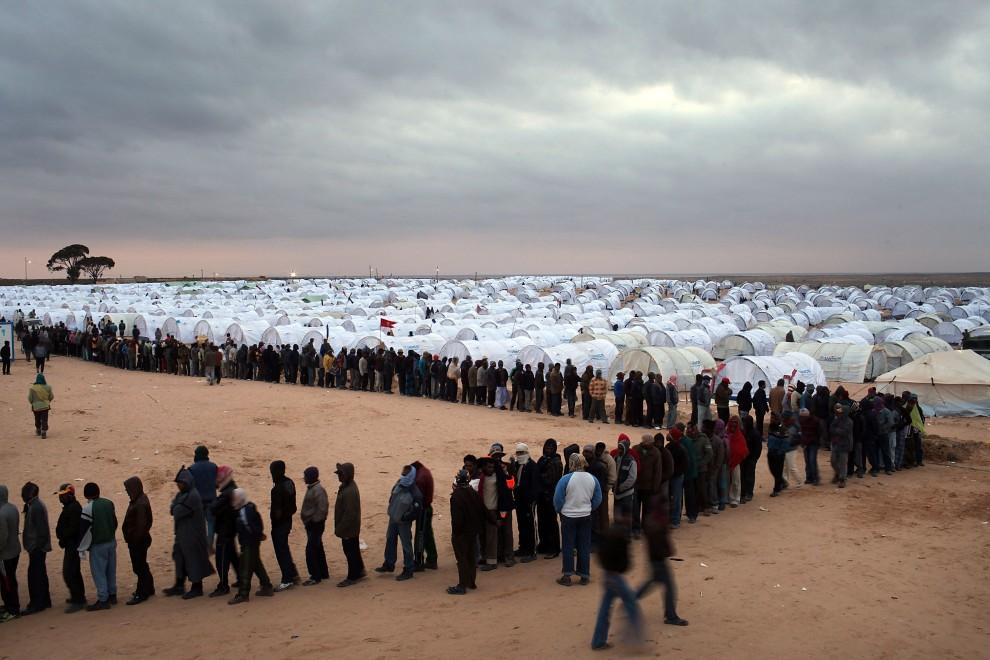 36. TUNEZJA, Ras Jedir, 8 marca 2011: Uciekinierzy z Libii w obozie zorganizowanym przez ONZ. (Foto:  Spencer Platt/Getty Images)