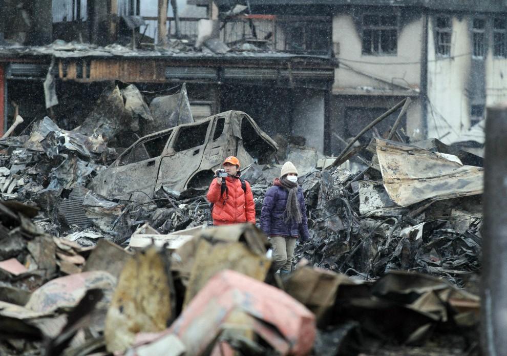 37. JAPONIA, Yamada, 15 marca 2011: Dwoje ludzi pośród gruzów zniszczonej Yamady. AFP PHOTO/JIJI PRESS