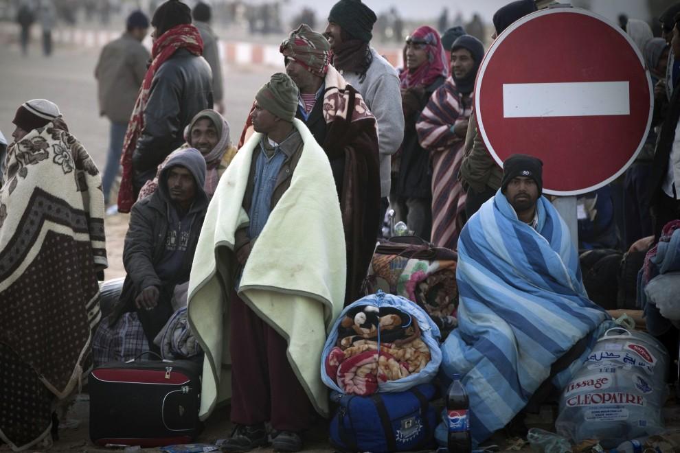 37. TUNEZJA, Ras Jedir, 4 marca 2011: Uciekinierzy z Libii po przekroczeniu granicy z Tunezją. AFP PHOTO JOEL SAGET