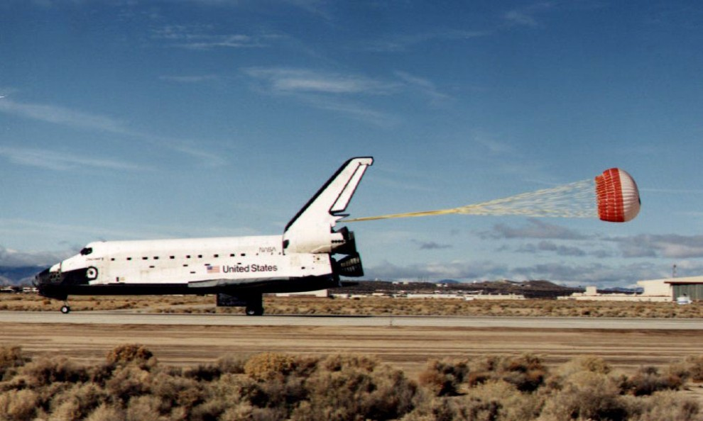 36. USA, Canaveral, 9 grudnia 1992: Wahadłowiec Discovery ląduje w Centrum Lotów Kosmicznych im. Johna F. Kennedy'ego. AFP