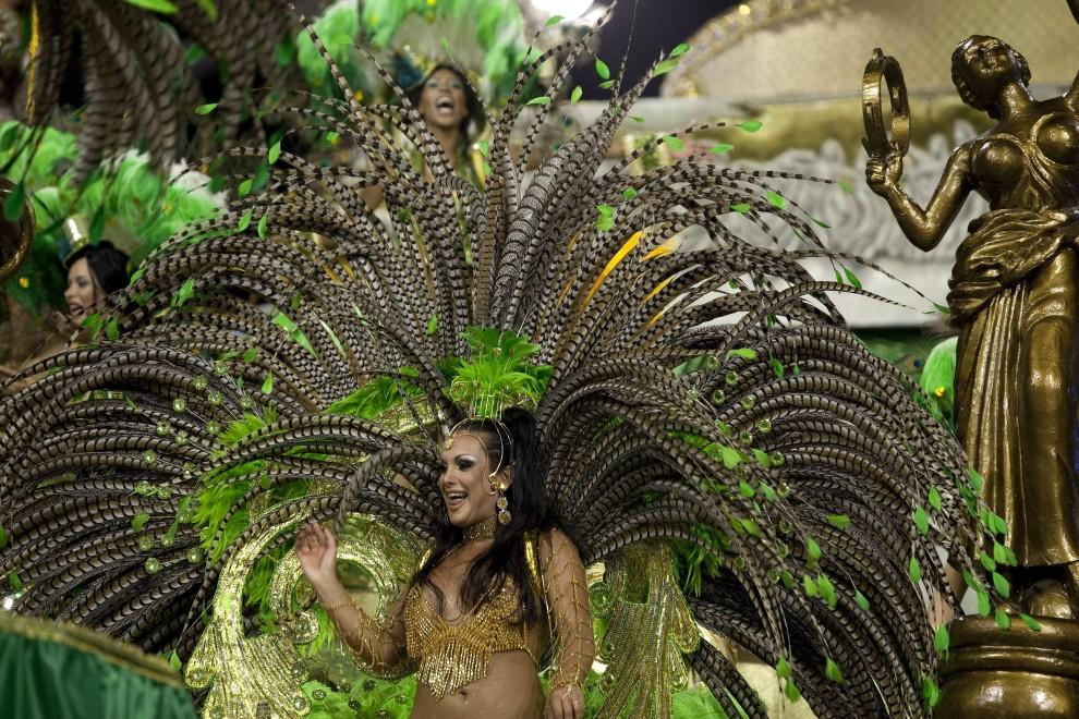 37. BRAZYLIA, Sao Paulo, 4 marca 2011: Tancerka grupy Unidos do Peruche tańczy na platformie. EPA/SEBASTIAO MOREIRA