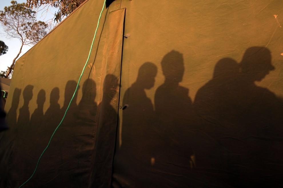 38. TUNEZJA, Ras Jedir, 7 marca 2011: Uciekinierzy z Libii czekają na rejestrację w obozie zorganizowanym przez ONZ. (Foto:  Spencer Platt/Getty Images)