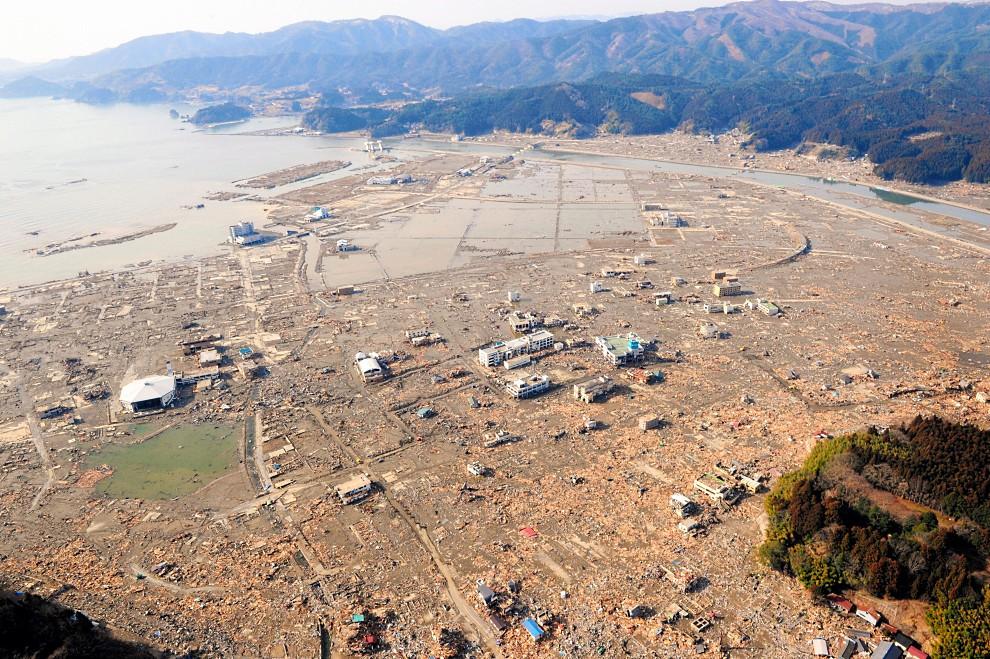38. JAPONIA, Rikuzentakata, 14 marca 2011: Zniszczone przez kataklizm miasto Rikuzentakata. EPA/ASAHI SHIMBUN Dostawca: PAP/EPA.
