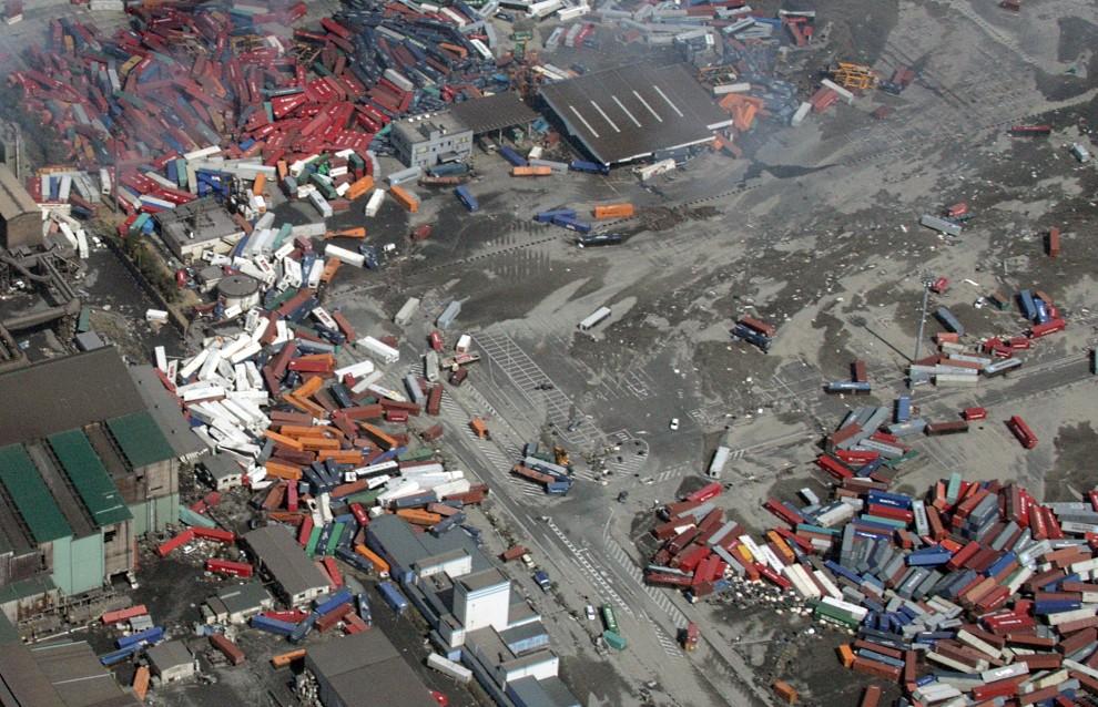 39. JAPONIA, Sendai, 14 marca 2011: Rozrzucone kontenery w porcie Sendai. AFP PHOTO / NOBORU HASHIMOTO