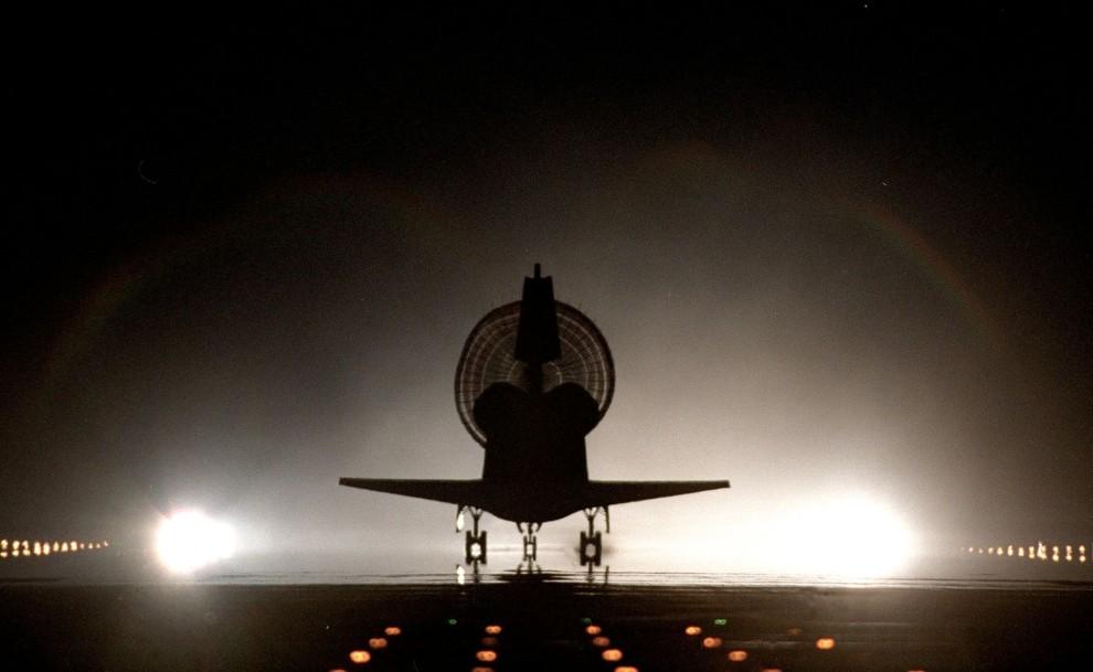 38. USA, Canaveral, 6 czerwca 1999: Lądowanie wahadłowca Discovery w Centrum Lotów Kosmicznych im. Johna F. Kennedy'ego. AFP PHOTO/NASA
