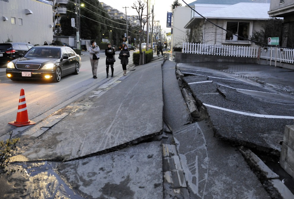 3. JAPONIA, Urayasu, 11 marca 2011: Zniszczona ulica w centrum Urayasu. AFP PHOTO / TOSHIFUMI KITAMURA