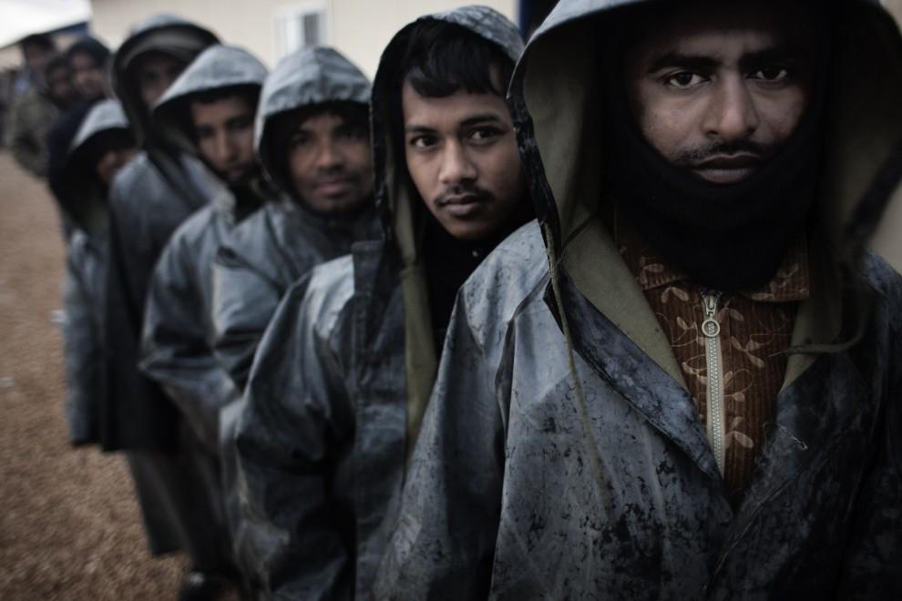 3. LIBIA, Bengazi, 27 lutego 2011: Zagraniczni pracownicy szybów naftowych w Libii czekają w kolejce po śniadanie. AFP PHOTO / MARCO LONGARI