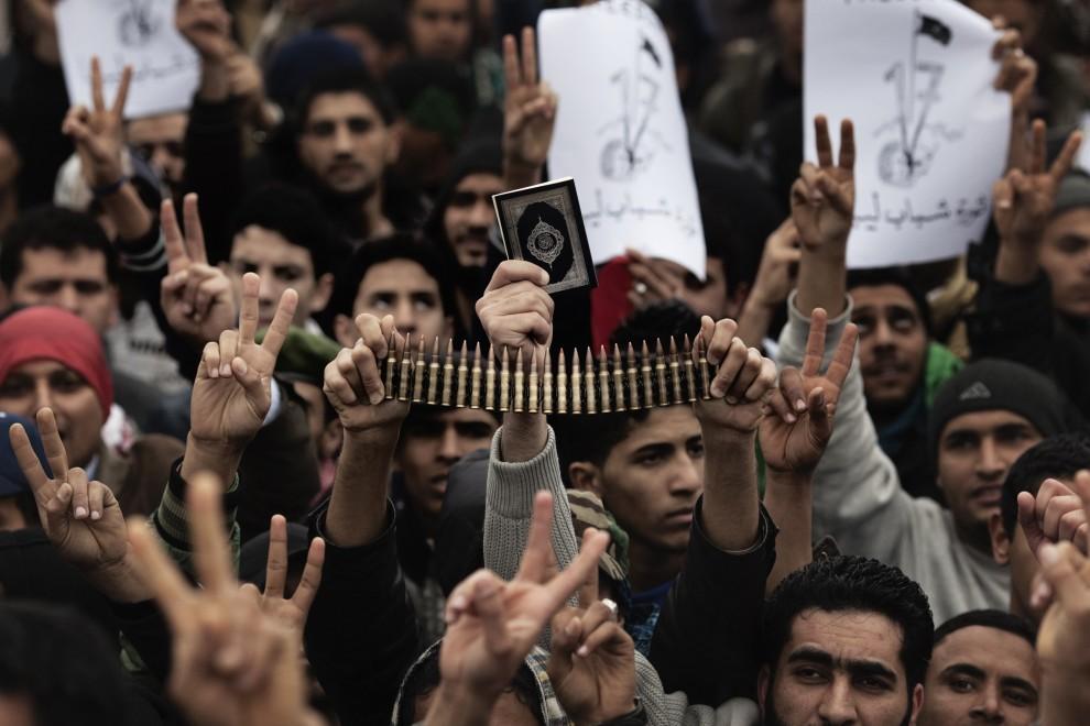 3. LIBIA, Benghazi, 4 marca 2011: Przeciwnicy Muammara Kadafiego podczas piątkowej modlitwy. AFP PHOTO / MARCO LONGARI