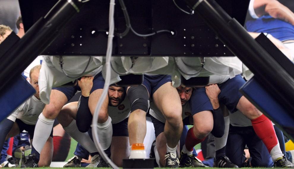 3. FRANCJA, Marcoussis, 8 marca 2011: Trening reprezentacji Francji w rugby. AFP PHOTO / FRANCK FIFE