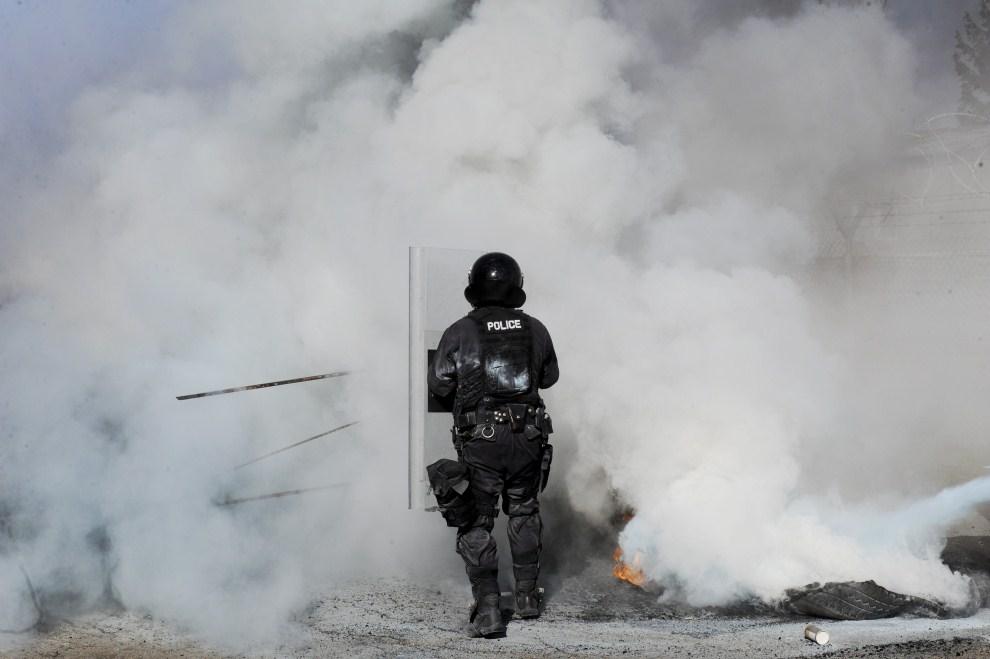 3. SERBIA, Slatina, 11 marca 2011: Kosowski policjant uczestniczący w ćwiczeniach na przedmieściach Pristiny. AFP PHOTO/ARMEND NIMANI
