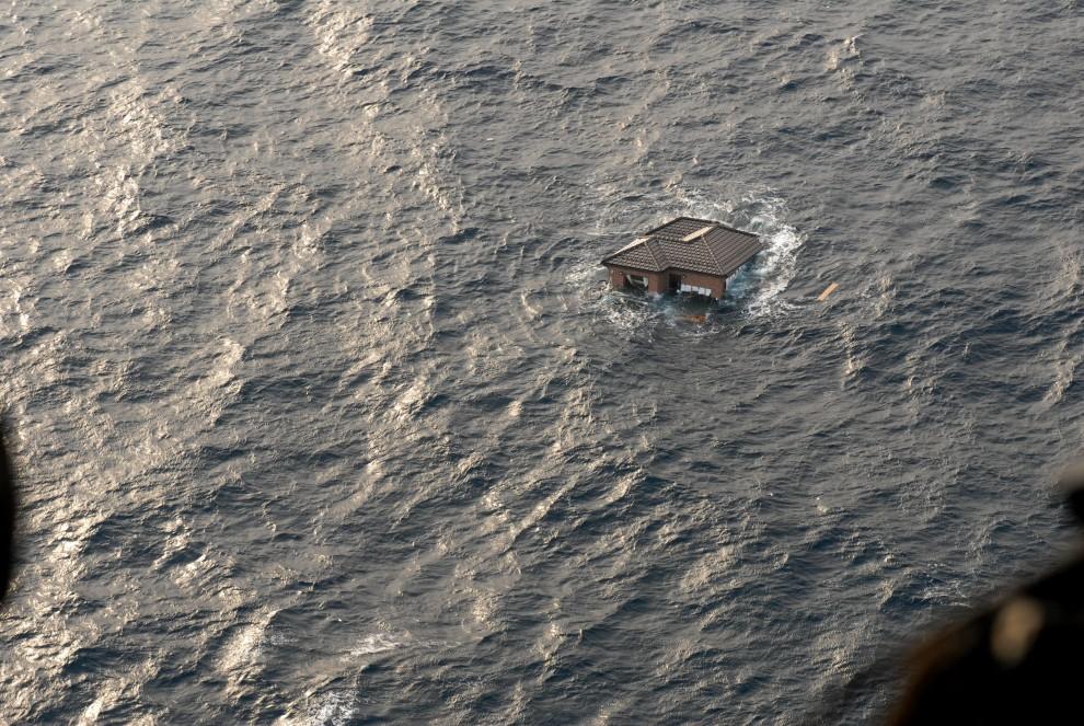 3. OCEAN SPOKOJNY, 13 marca 2011: Dom dryfujący na otwartych wodach Oceanu Spokojnego. EPA/MC3 Dylan McCord / Navy Visual News Service