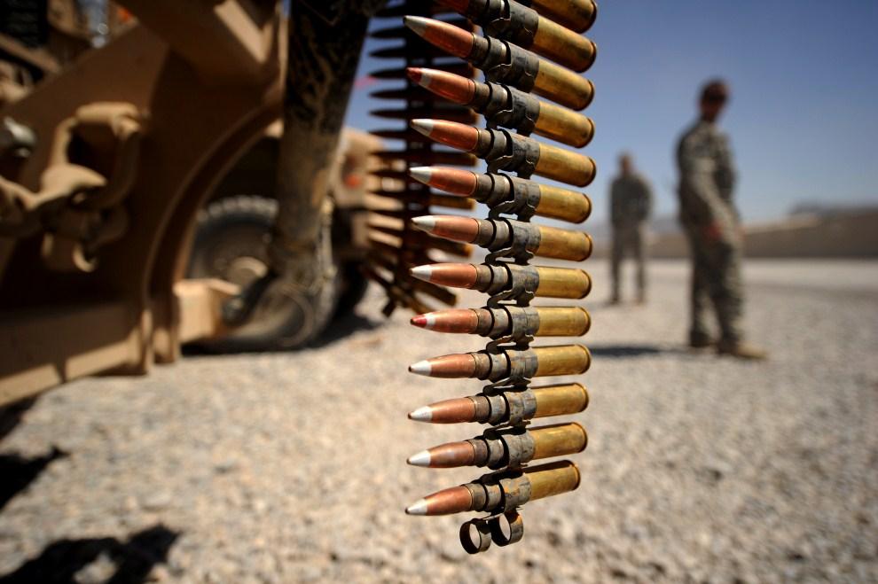 4. AFGANISTAN, Kandahar, 23 marca 2011: Amunicja zwisa z amerykańskiego pojazdu w pobliżu bazy. AFP PHOTO/Peter PARKS