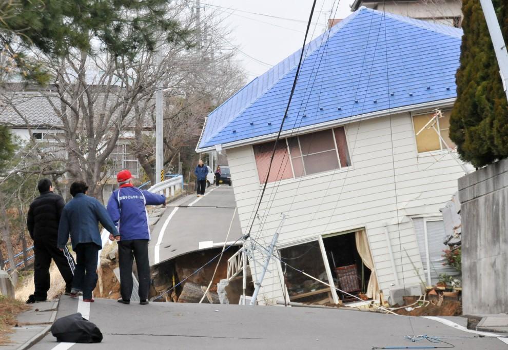 4. JAPONIA, Sukagawa, 11 marca 2011: Dom zapadający się w szczelinę w osuniętej ziemi. AFP PHOTO / FUKUSHIMA MINPO via JIJI PRESS