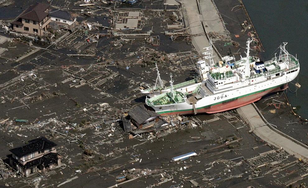 4. JAPONIA, Sendai, 14 marca 2011: Jednostka wyrzucona na brzeg przez falę. AFP PHOTO / NOBORU HASHIMOTO