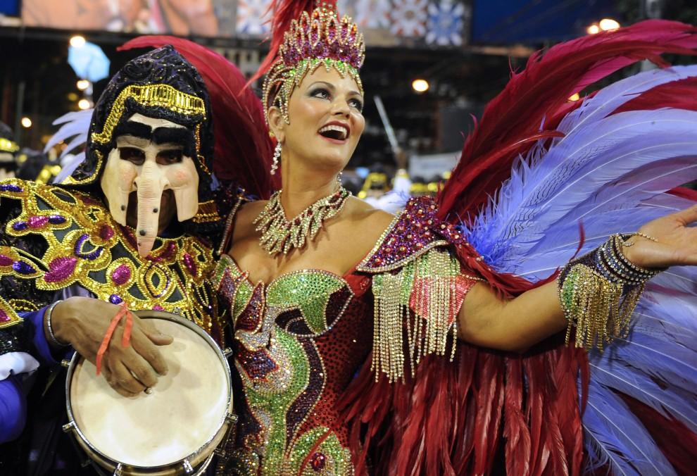 4. BRAZYLIA, Rio de Janeiro, 6 marca 2011: Luiza Brunet, ze szkoły Imperatriz Leopoldinense, tańczy na Sambodromie. AFP PHOTO/VANDERLEI ALMEIDA