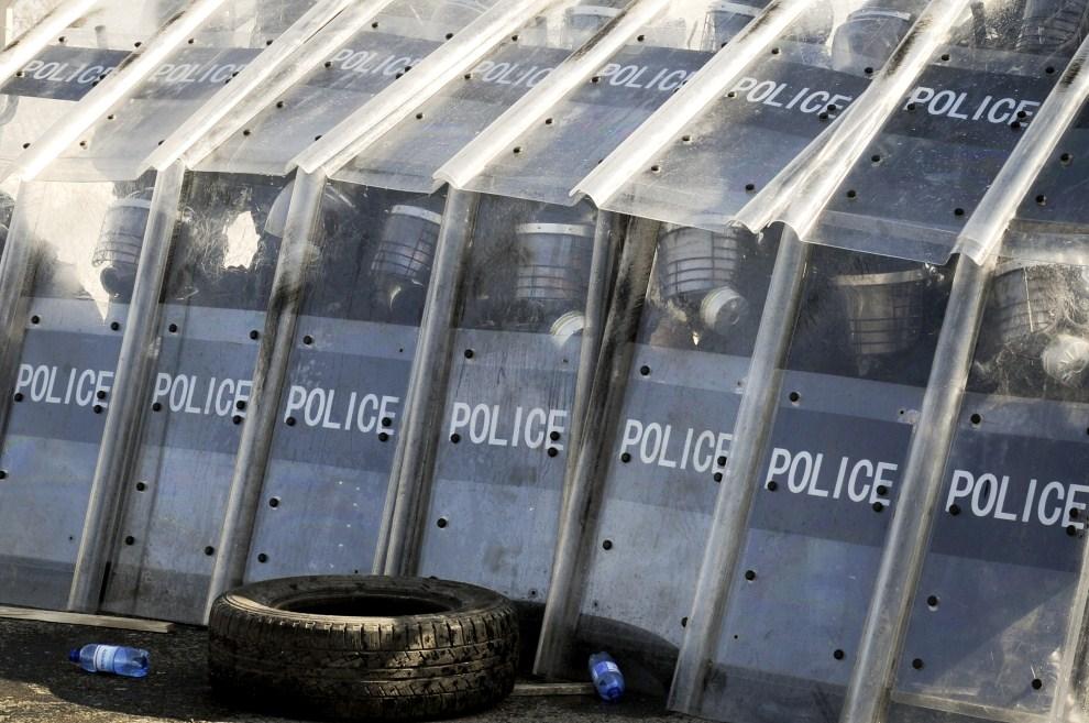 4.SERBIA, Slatina, 11 marca 2011: Policjanci podczas ćwiczeń w rozpraszaniu zamieszek w mieście. AFP PHOTO/ARMEND NIMANI