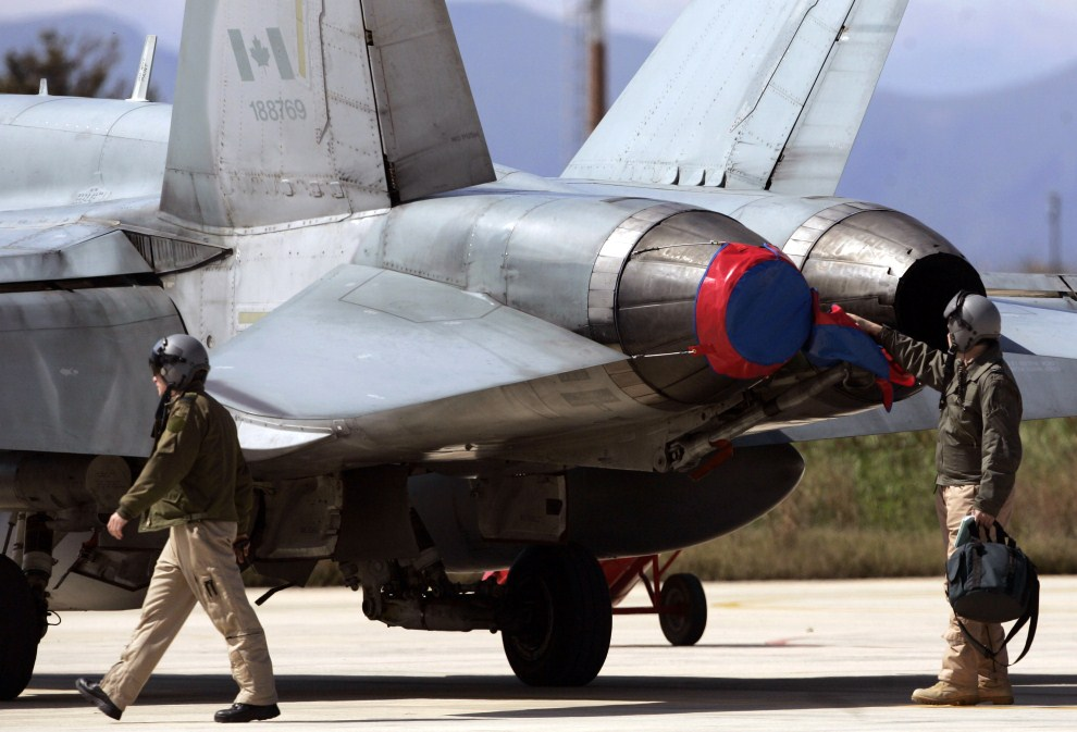 4. WŁOCHY, Trapani, 20 marca 2011: Kanadyjscy piloci obok F/A18 Hornet w bazie na Sycylii. AFP PHOTO / MARCELLO PATERNOSTRO