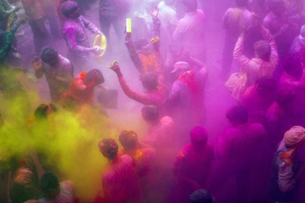4. INDIE, Vrindavan, 21 marca 2011: Ludzie tańczący w chmurze kolorowego proszku. (Foto: Majid Saeedi/Getty Images)