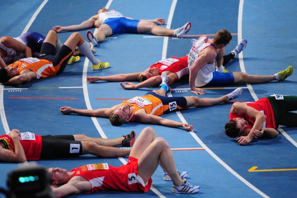 5. FRANCJA, Paryż, 6 marca 2011: Uczestnicy siedmioboju lekkoatletycznego odpoczywają po biegu na dystansie 1000 m. AFP PHOTO / FRANCK FIFE