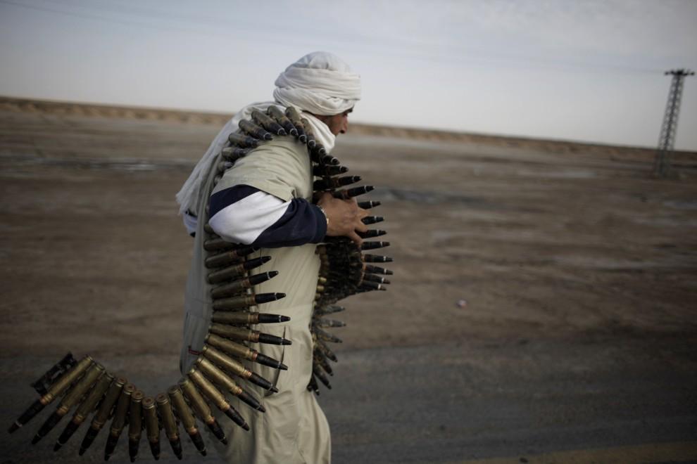 5. LIBIA, Adżdabija, 27 lutego 2011: Żołnierz, walczący po stronie opozycjonistów, przenosi amunicję. AFP PHOTO / MARCO LONGARI