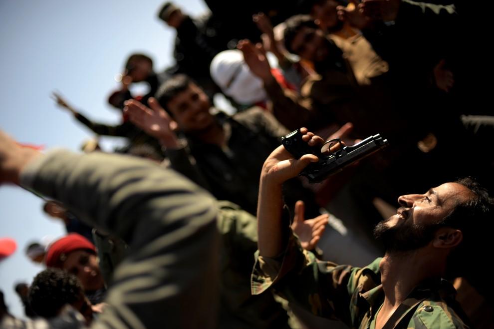 5. LIBIA, Ras Lanuf, 7 marca 2011: Ludzie zebrani na punkcie kontrolnym na przedmieściach Ras Lanuf. AFP PHOTO / ROBERTO SCHMIDT