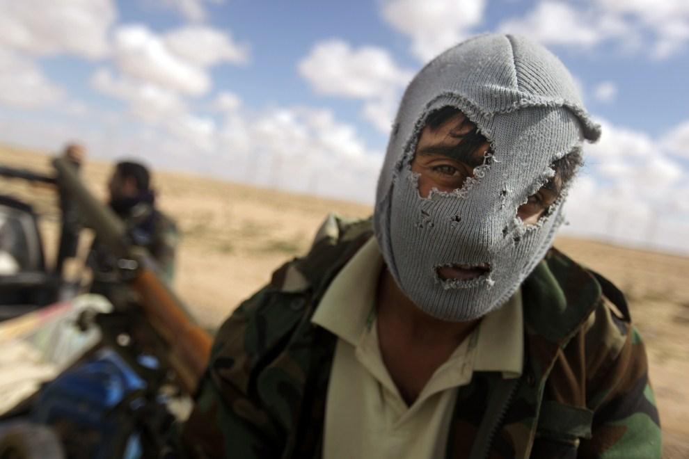 5. LIBIA, Adżdabija, 24 marca 2011: Rebeliant na skrzyni ładunkowej półciężarówki. AFP PHOTO / PATRICK BAZ