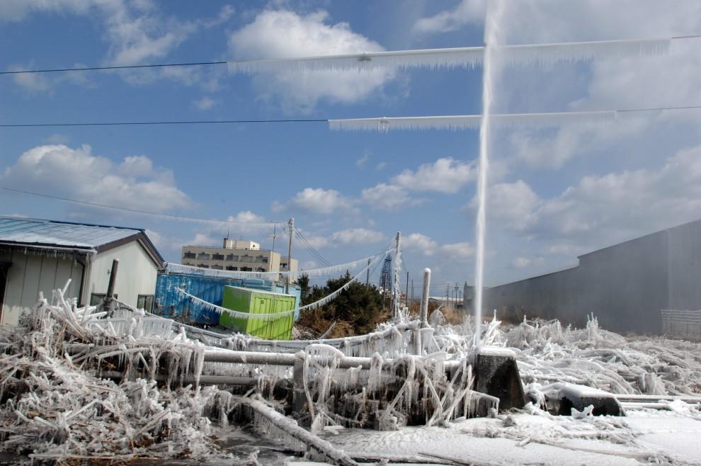 5. JAPONIA, Hachinohe, 12 marca 2011: Zamarzająca woda z uszkodzonej rury wodociągowej zniszczonego budynku. (Foto:  Daniel Sanford/ U.S. Navy via Getty   Images)