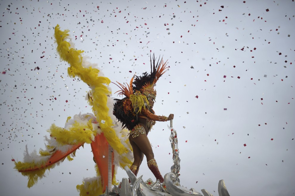 6. BRAZYLIA, Sao Paulo, 5 marca 2011: Tancerka ze szkoły Vai-Vai tańczy na szczycie platformy. AFP PHOTO/Mauricio LIMA