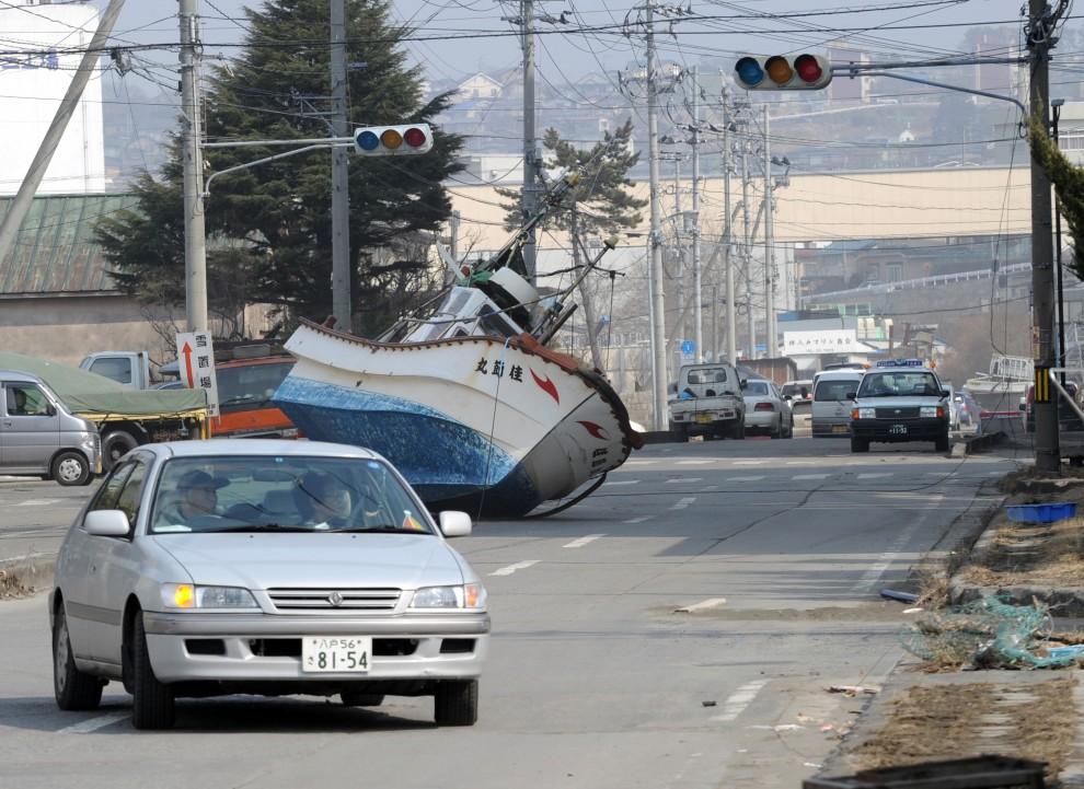 6. JAPONIA, Hachinohe, 13 marca 2011: Kuter rybacki wyrzucony przez falę na ulicę Hachinohe. AFP PHOTO / TOSHIFUMI KITAMURA