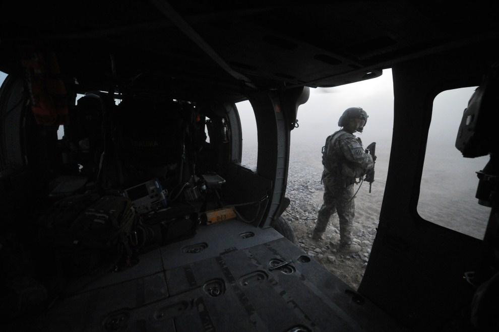 6. AFGANISTAN, Kandahar, 23 marca 2011: Żołnierz zabezpiecza ewakuację rannego kolegi. AFP PHOTO/Peter PARKS
