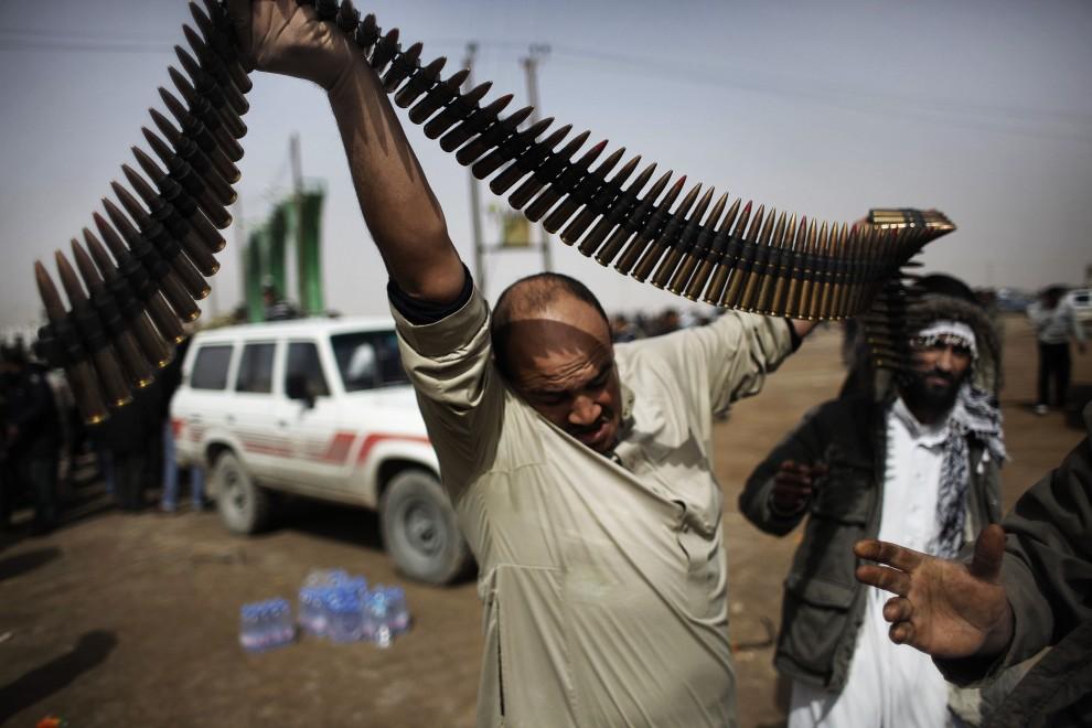 6. LIBIA, Adżdabija, 27 lutego 2011: Przeciwnicy Muammara Kadafiego zbierają amunicję. AFP PHOTO / MARCO LONGARI