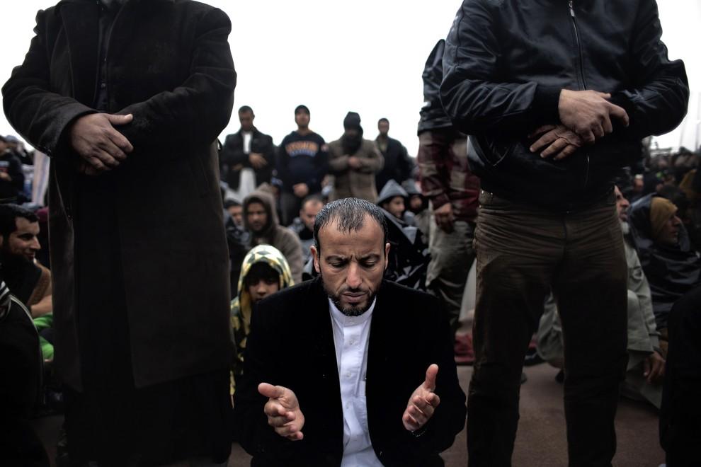 6. LIBIA, Benghazi, 4 marca 2011: Przeciwnicy Muammara Kadafiego podczas piątkowej modlitwy. AFP PHOTO / MARCO LONGARI