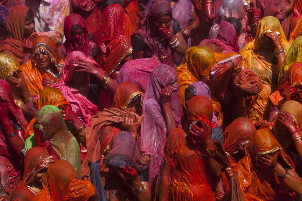 6. INDIE, Vrindavan, 21 marca 2011: Kobiety zakrywające twarze przed wodą i rzucanm proszkiem. (Foto: Majid Saeedi/Getty Images)