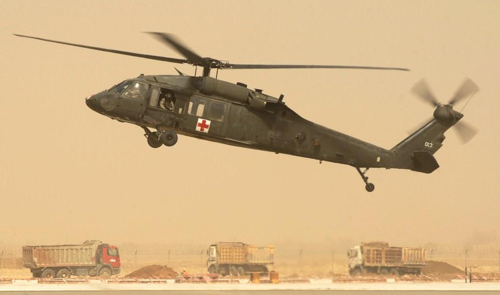 7. AFGANISTAN, Kandahar, 16 marca 2011: Śmigłowiec medyczny UH-60 Black Hawk ląduje w bazie. AFP PHOTO/Peter PARKS