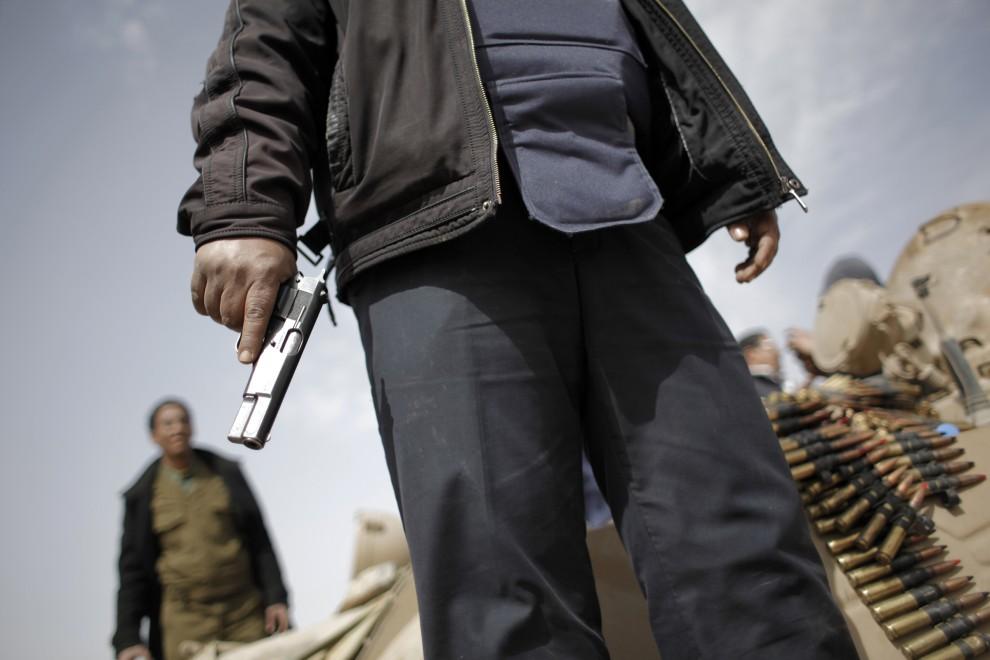 7. LIBIA, Adżdabija, 27 lutego 2011: Przeciwnicy Muammara Kadafiego na jednej z barykad. AFP PHOTO / MARCO LONGARI