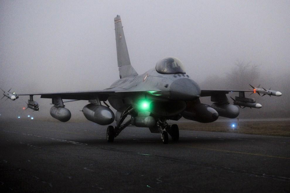7. DANIA, Skrydstrup, 19 marca 2011: F16 kołujący na pasie w bazie wojskowej Fighter Wing Skrydstrup. AFP PHOTO/Jesper Kristensen/Scanpix