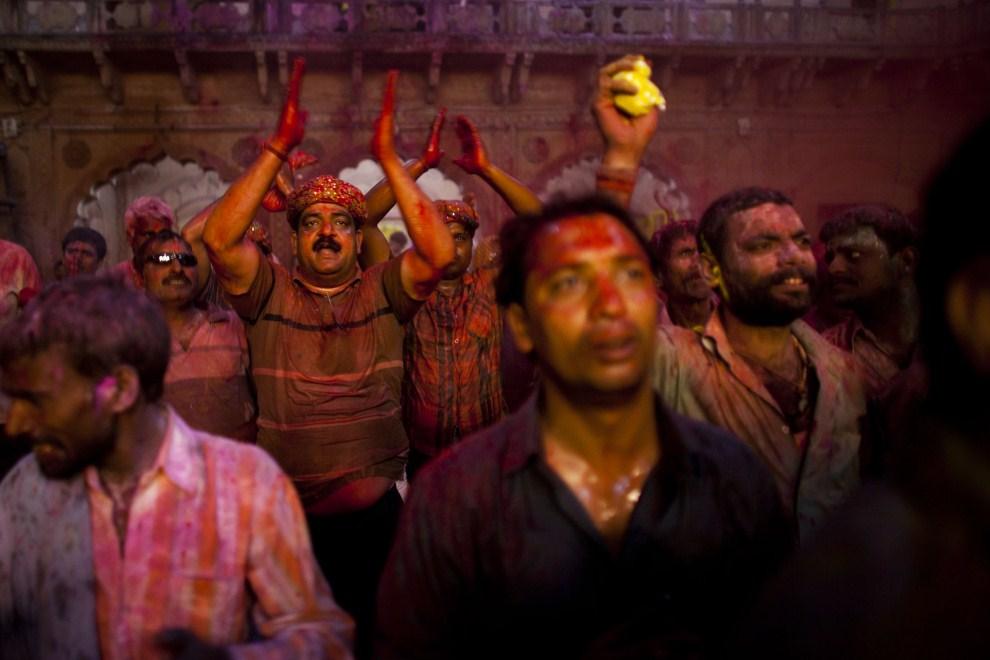 7. INDIE, Vrindavan, 21 marca 2011: Mężczyźni świętujący holi. (Foto: Majid Saeedi/Getty Images)
