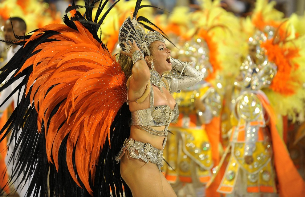 7. BRAZYLIA, Rio de Janeiro, 6 marca 2011: Bruna Almeida – tancerka samby ze szkoły Sao Clemente. AFP PHOTO/VANDERLEI ALMEIDA
