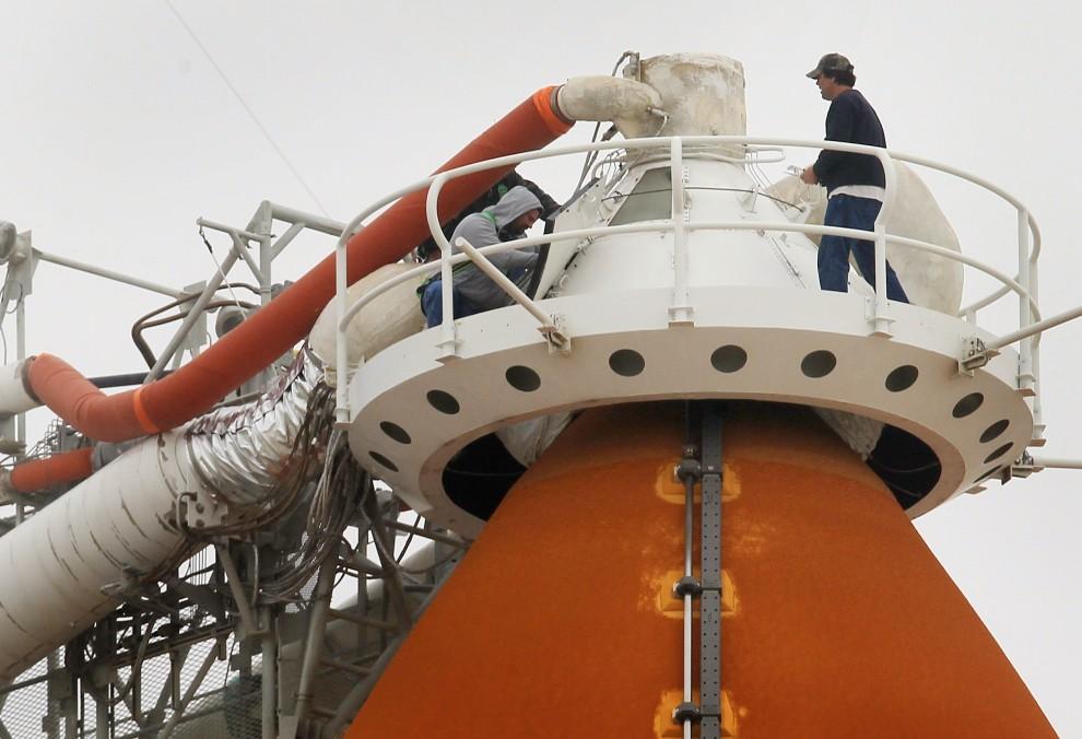 8. USA, Canaveral, 23 lutego 2011: Inżynierowe NASA pracują przy zewnętrznym zbiorniku paliwa. Mark Wilson/Getty Images/AFP