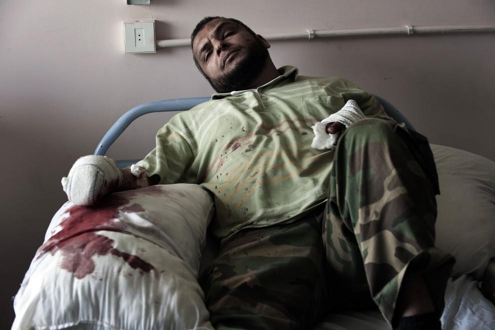 8. LIBIA, Adżdabija, 2 marca 2011: Przeciwnik Kadafiego ranny podczas starć w miejscowości Brega. AFP PHOTO / GIANLUIGI GUERCIA
