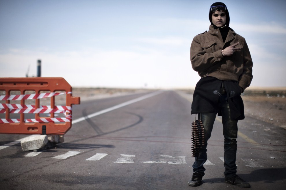 8. LIBIA, Ras Lanuf, 12 marca 2011: Rebeliant na punkcie kontrolnym w pobliżu Ras Lanuf. AFP PHOTO / MARCO LONGARI