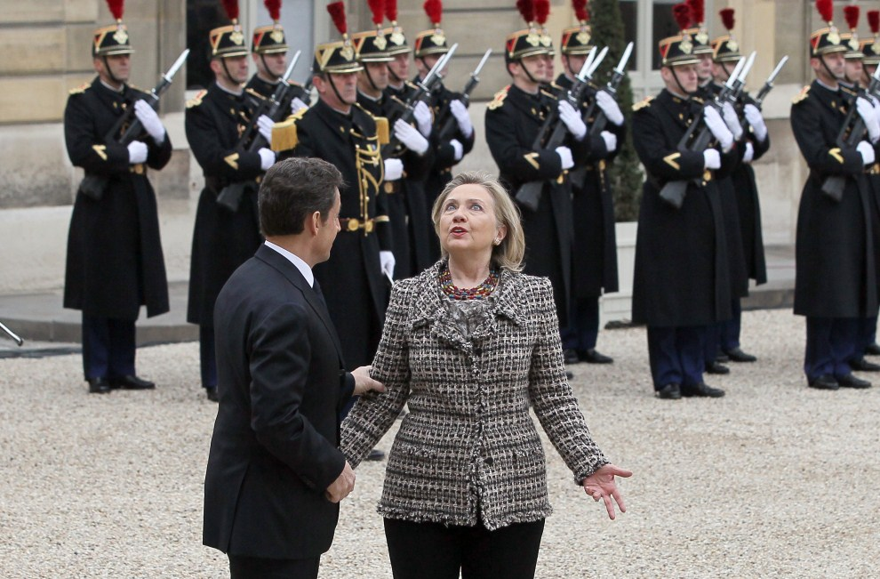 8. FRANCJA, Paryż, 19 marca 2011: Nicolas Sarkozy w towarzystwie Hillary Clinton. AFP PHOTO THOMAS COEX