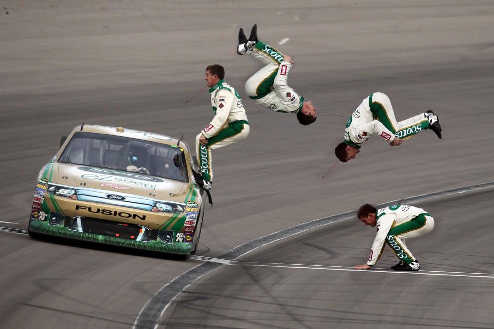 8. USA, Las Vegas, 6 marca 2011: Kierowca zespołu Scotts/Kellogg's Ford – Carl Edwards, cieszy się ze zwycięstwa w wyścigu serii NASCAR. (Foto: Jonathan Ferrey/Getty Images)